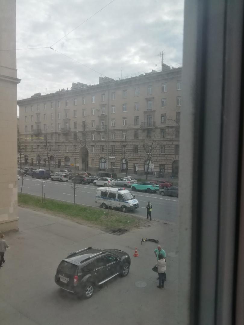 Пара на Дастере подбила каршеринговый самокат на Стачек 82. Самокатчика не видно, кажется он ретиров...