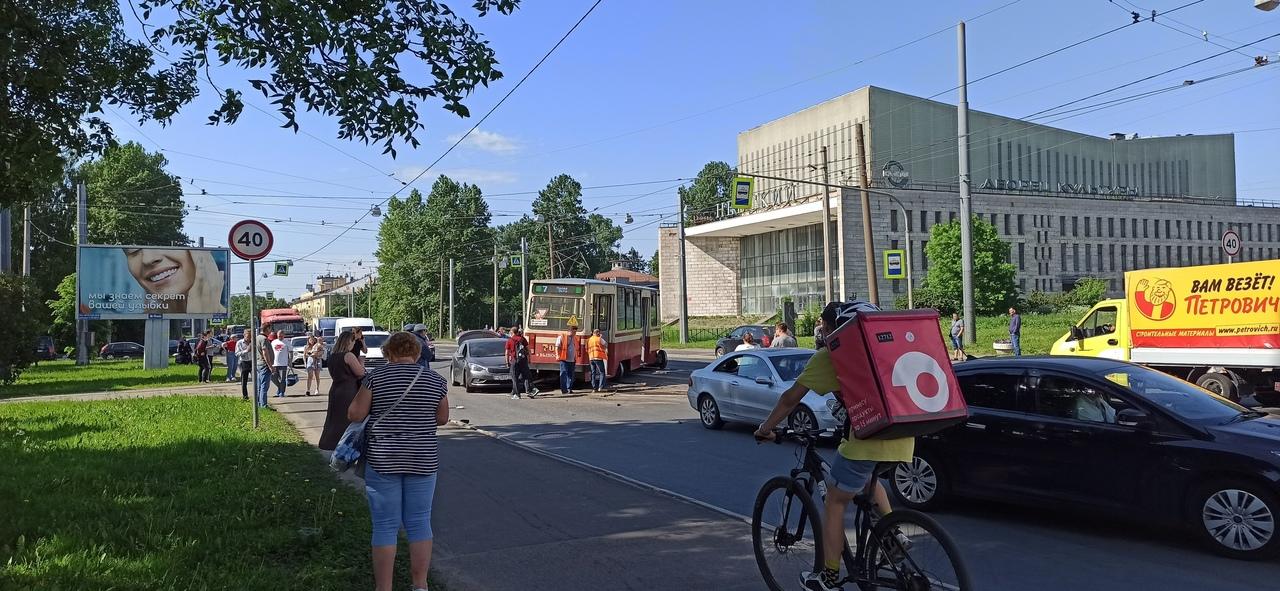 На Обуховской обороны трамвай сошел со стрелки и задел 3 машины