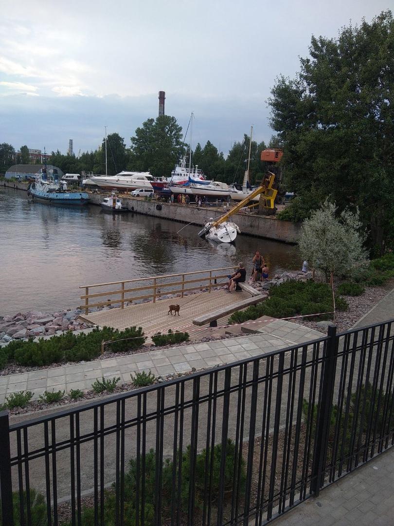 В Кронштадте, рядом с летней пристанью и ЖК Фортеция яхта победила кран