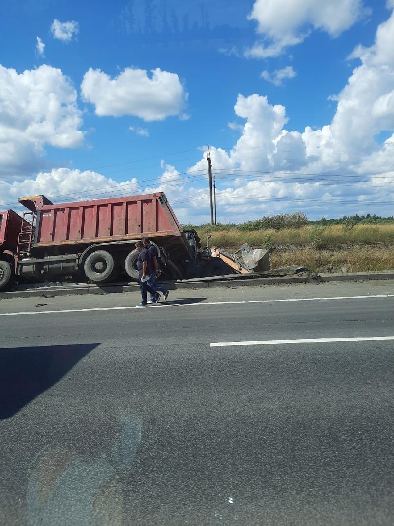 На Киевском шоссе Самосвал и трактор оказались в кювете.