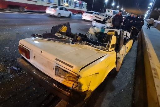 Водитель на Жигулях скрываясь от полицейских врезался в автомобиль, ожидающий сведение Володарского ...