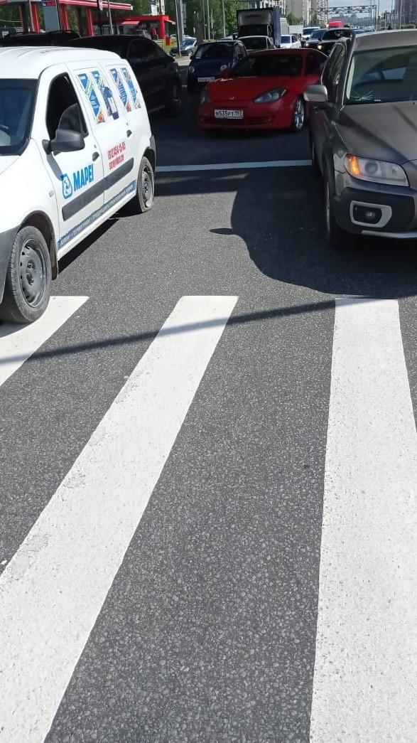 """ДТП на Богатырском под ЗСД. Там водитель Ларгуса пропускал пешехода и ему прилетело """"в спину"""" от Хён..."""