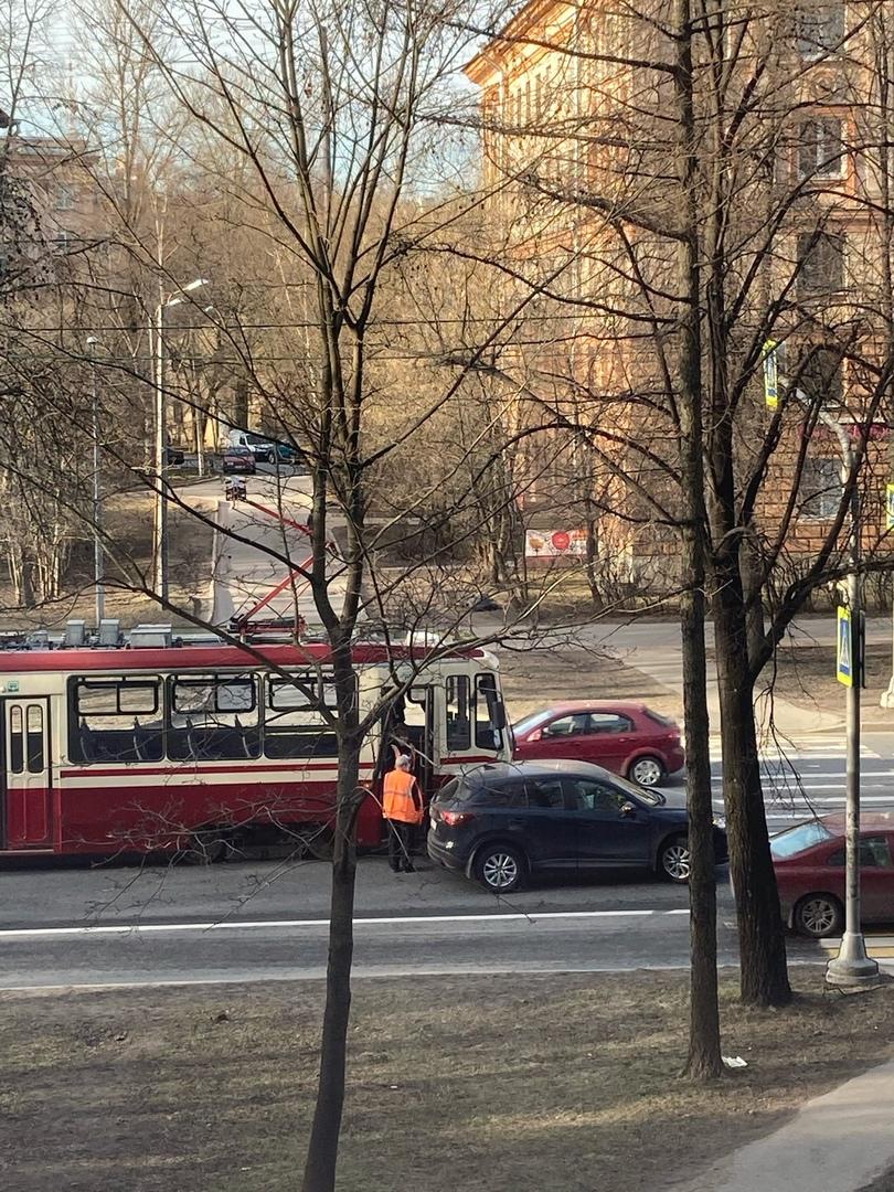 Дтп на 2 Муринском проспекте напротив дома 10. Пробка собирается, трамваи встали, проезд до пешеходн...