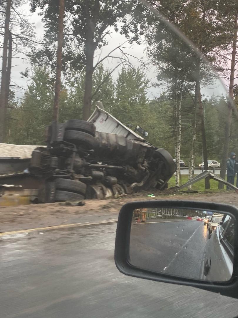 На 32 км Мурманского шоссе бензовоз протаранил ограждение и перевернулся. Пробка в сторону области. ...