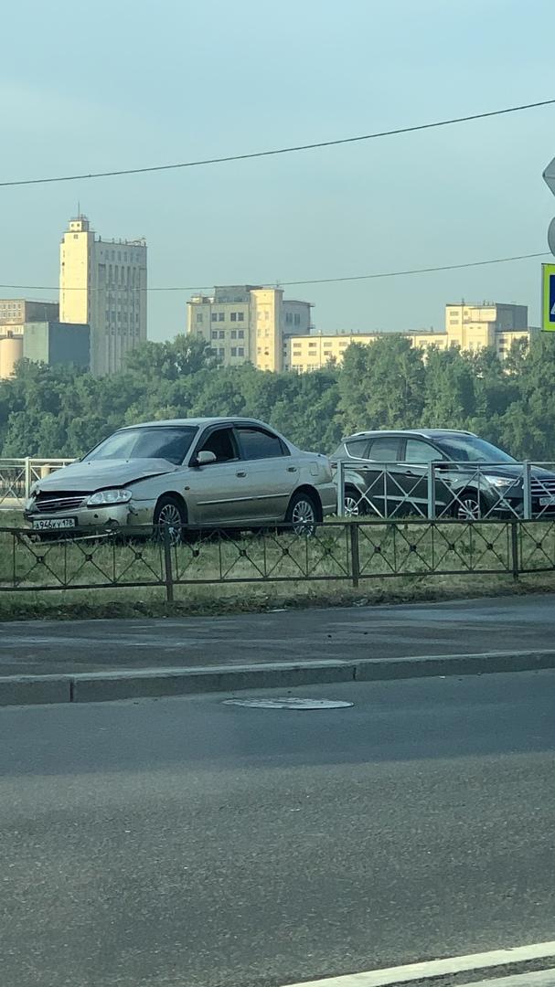 В 06:50 Киа и Мини уже расположились удобнееько для принятия загара... На перекрёстке Зольной и Октя...