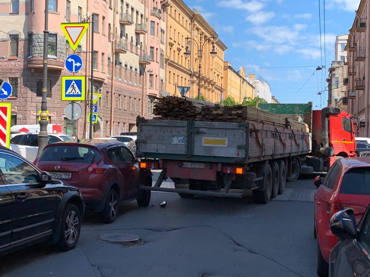 На перекрестке проспекта Чернышевского и Захарьевской улицы, длинномер зацепил припаркованный Nissan...