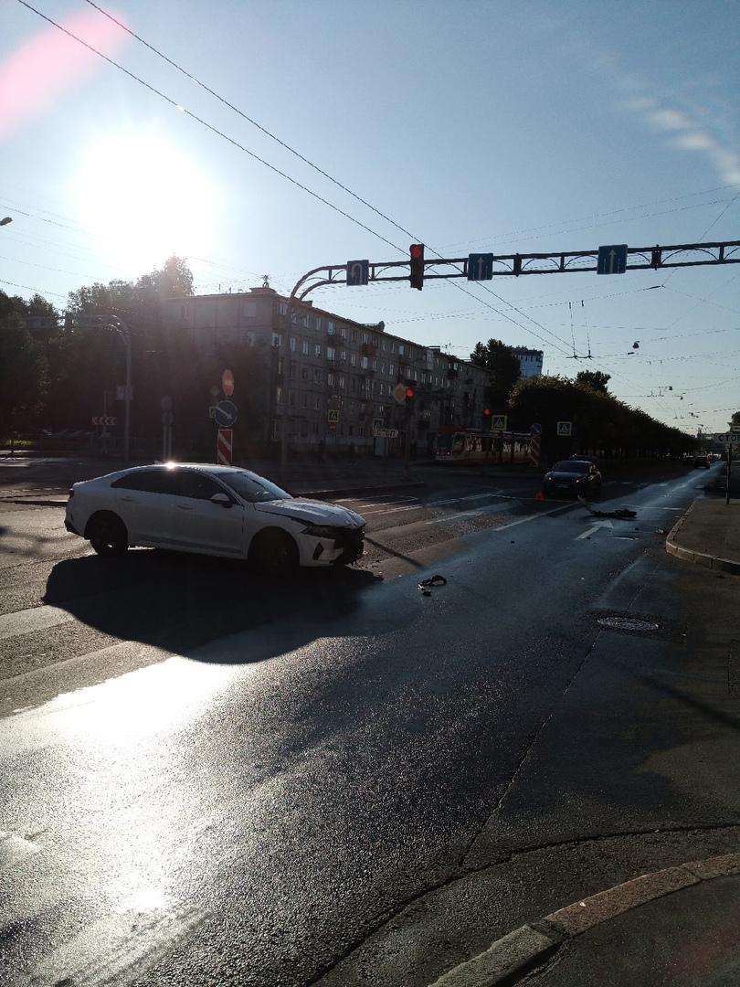 Дтп на пересечении Новочеркасского с Рижской, ехал на зелёный и нежданчик, полицейский разворот(((