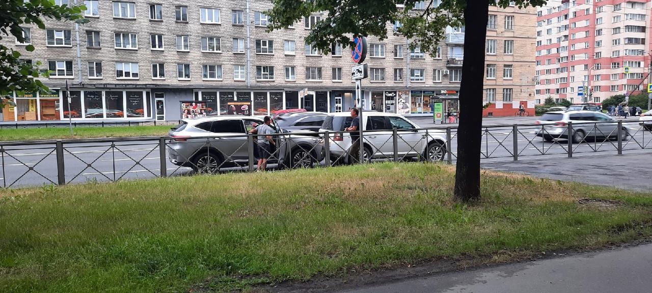 Лёгкий летний поцелуй устроили водители хавала и лендровера в крайне-правом ряду на Благодатной улиц...