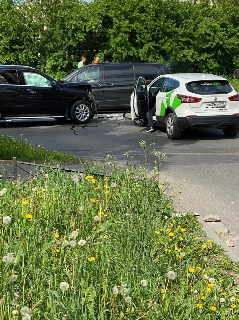 На Варшавской каршеринг не пропустил Mercedes на выезде из двора дома 6