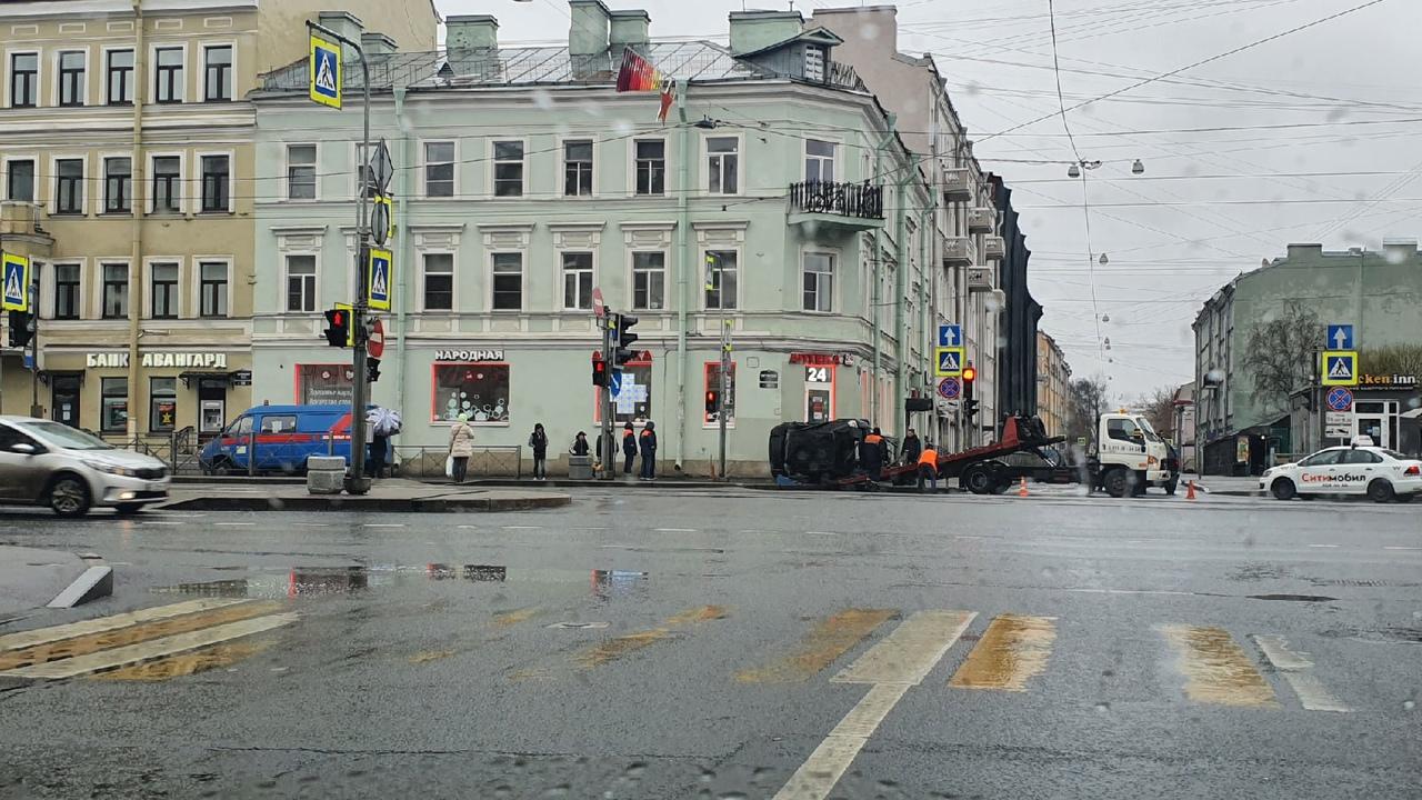Эвакуатор приехал забирать перевернутую машину после утреннего дтп на перекрестке Курской улицы и Ли...
