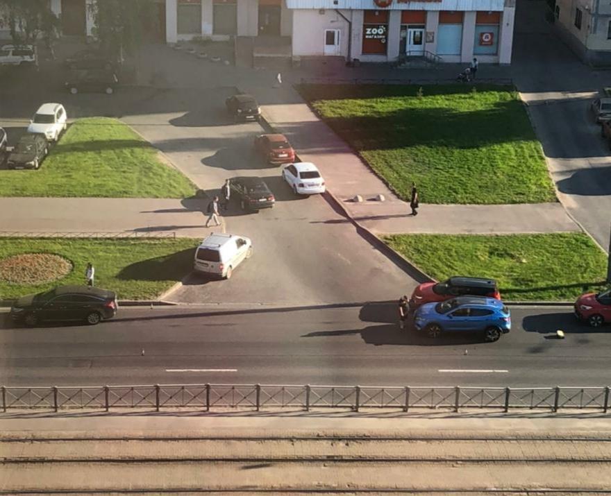 Брюнетка на KIA (двигалась в крайней правой полосе) приземлила любителя повернуть во двор со 2-го ря...