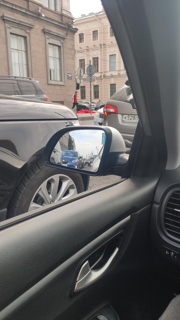На Дворцовой набережной у Мраморного переулка сбили насмерть пешехода, переходившего на красный
