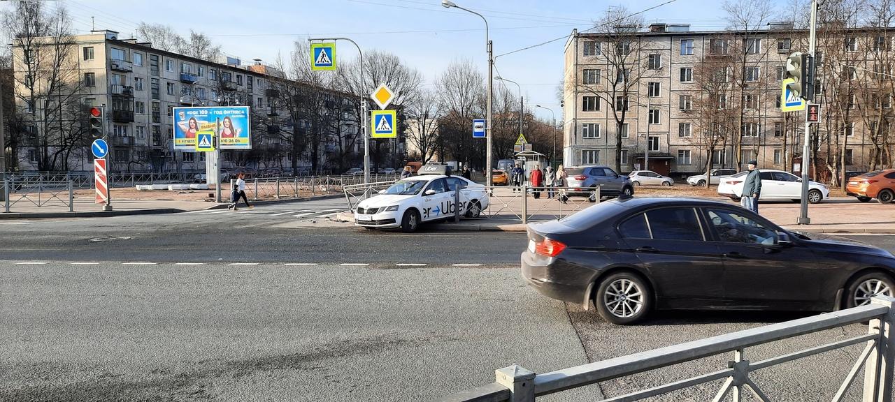 На пересечении проспекта Мечникова и Замшиной улицы Убер не смог убернуться от Шкоды. Оба на тротуар...