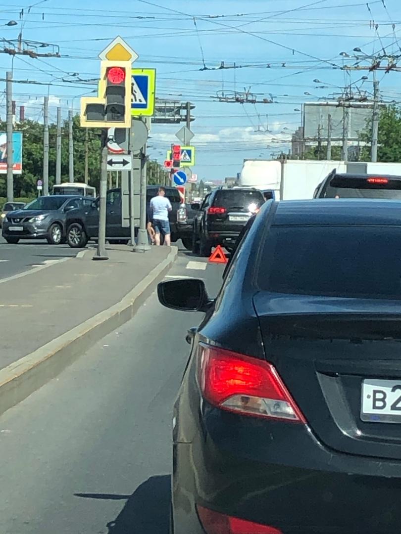 На повороте с Маршала Жукова на Ленинский проспект, заняли левую полосу, налево не повернуть.