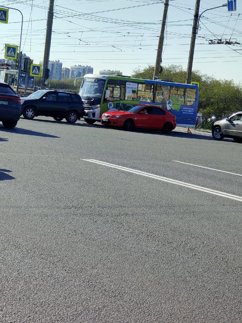 Доблести/ Петергофское шоссе. Маршрутка догнала видимо. Трамваи пролезают за ними. Красный просто в ...