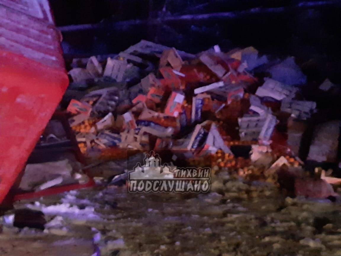 "Около 21:30 на трассе ""Вологда – Новая Ладога"" столкнулись грузовики MAN и Mercedes, на повороте на ..."