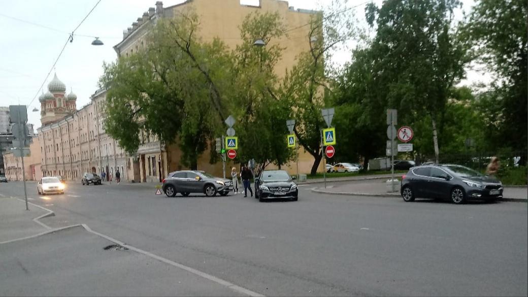 Авария на Боровой, около съезда в Ашан, стоят почти посередине, мешают.