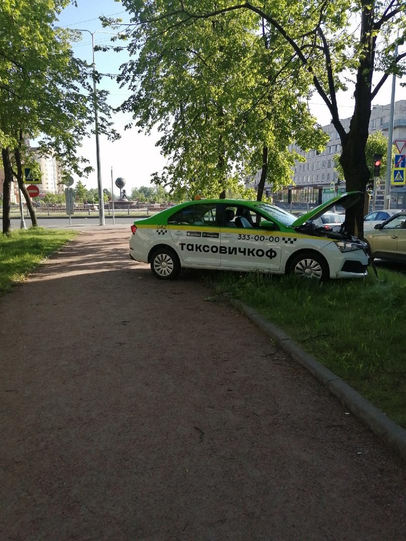 В Ломоносове полет такси с Площади Победы на аллею остановило дерево