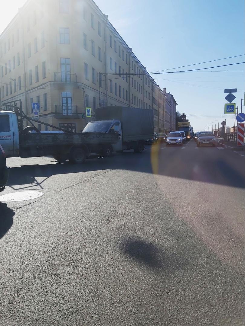 Два грузовичка поцеловались на пересечении Розенштейна и наб. Обводного канала.