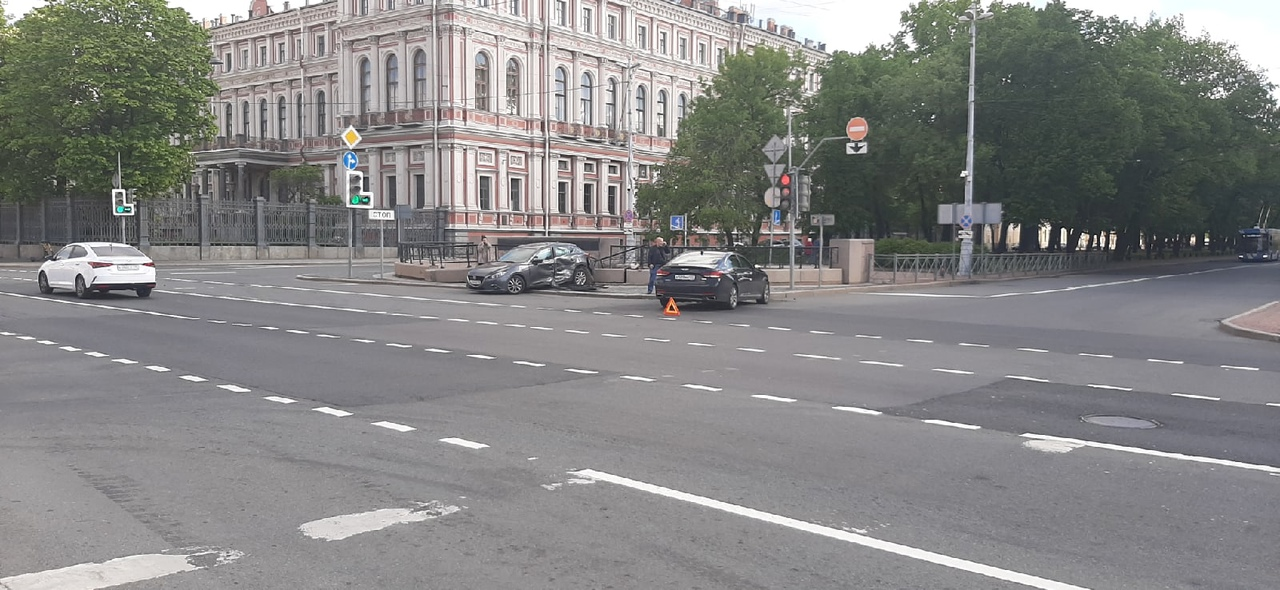 Mazda и Генезис столкнулись на перекрёстке улицы Труда и Конногвардейского бульвара