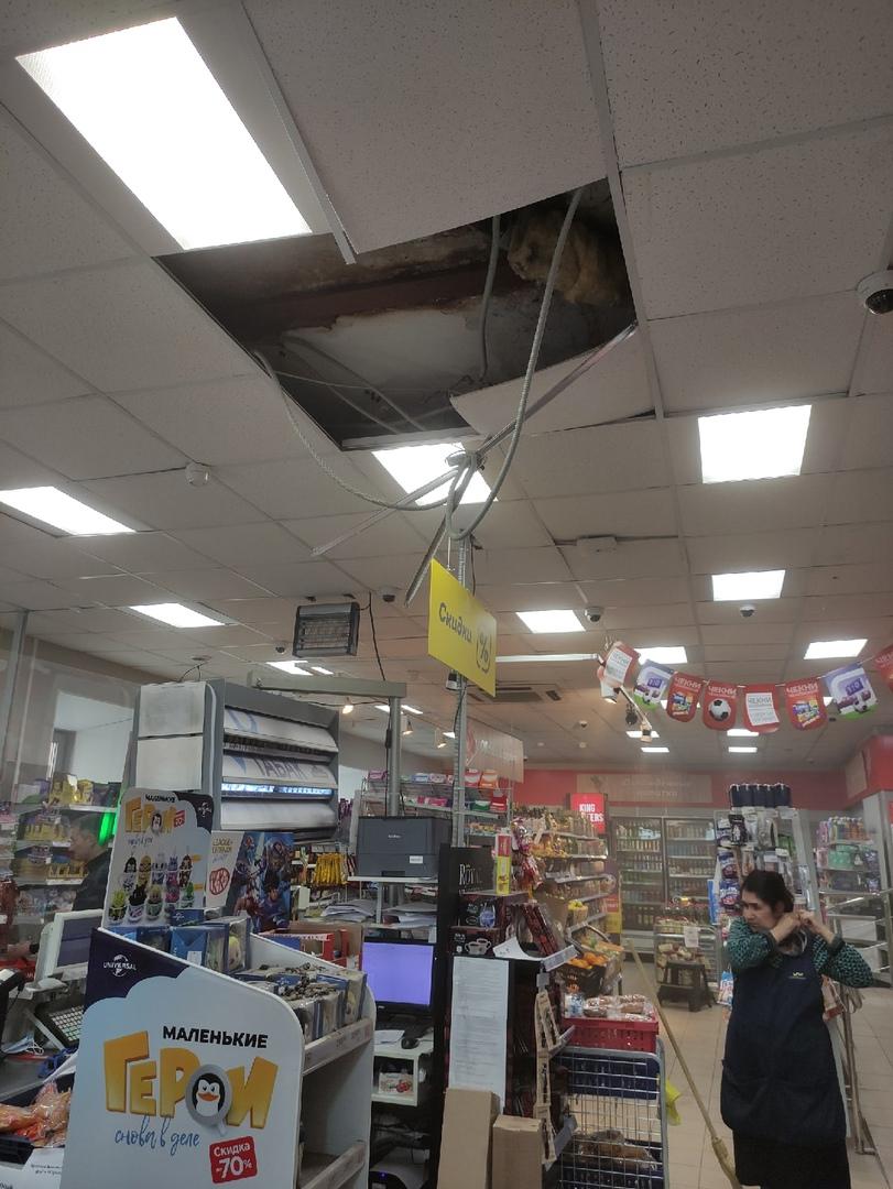 В магните на Ижорской обрушился потолок. Все живы.