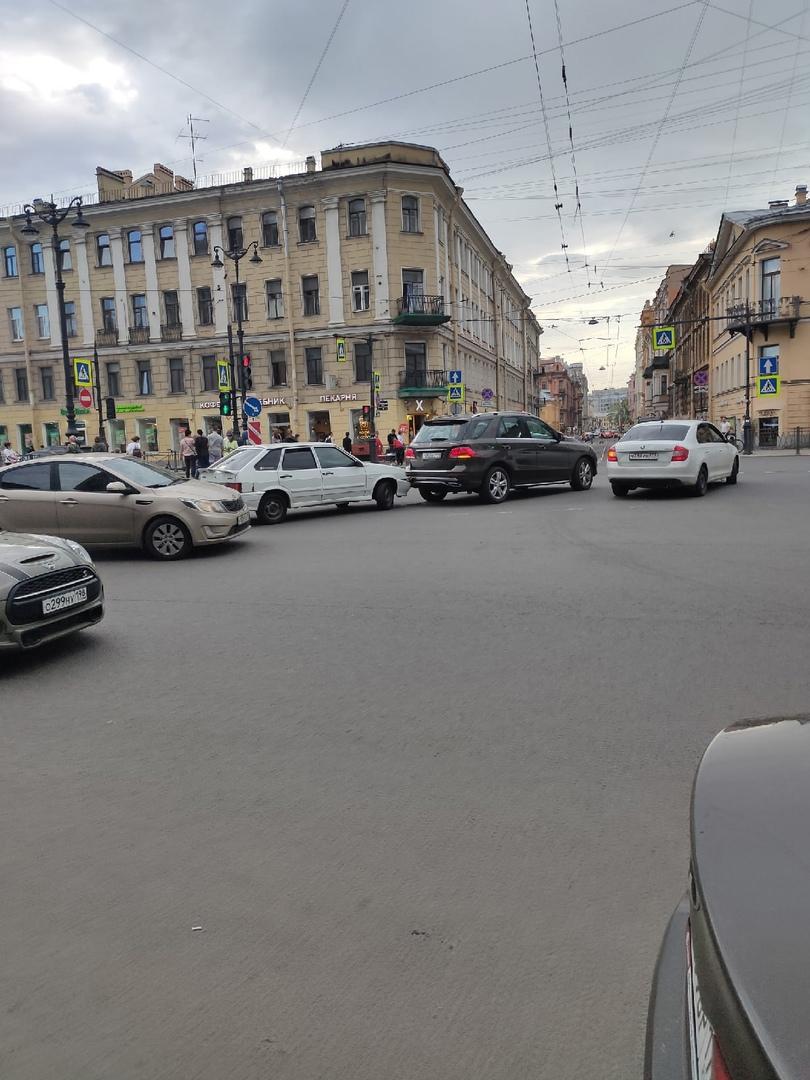 На Лиговском встретились два водителя. Перегородили проезд общественному транспорту.