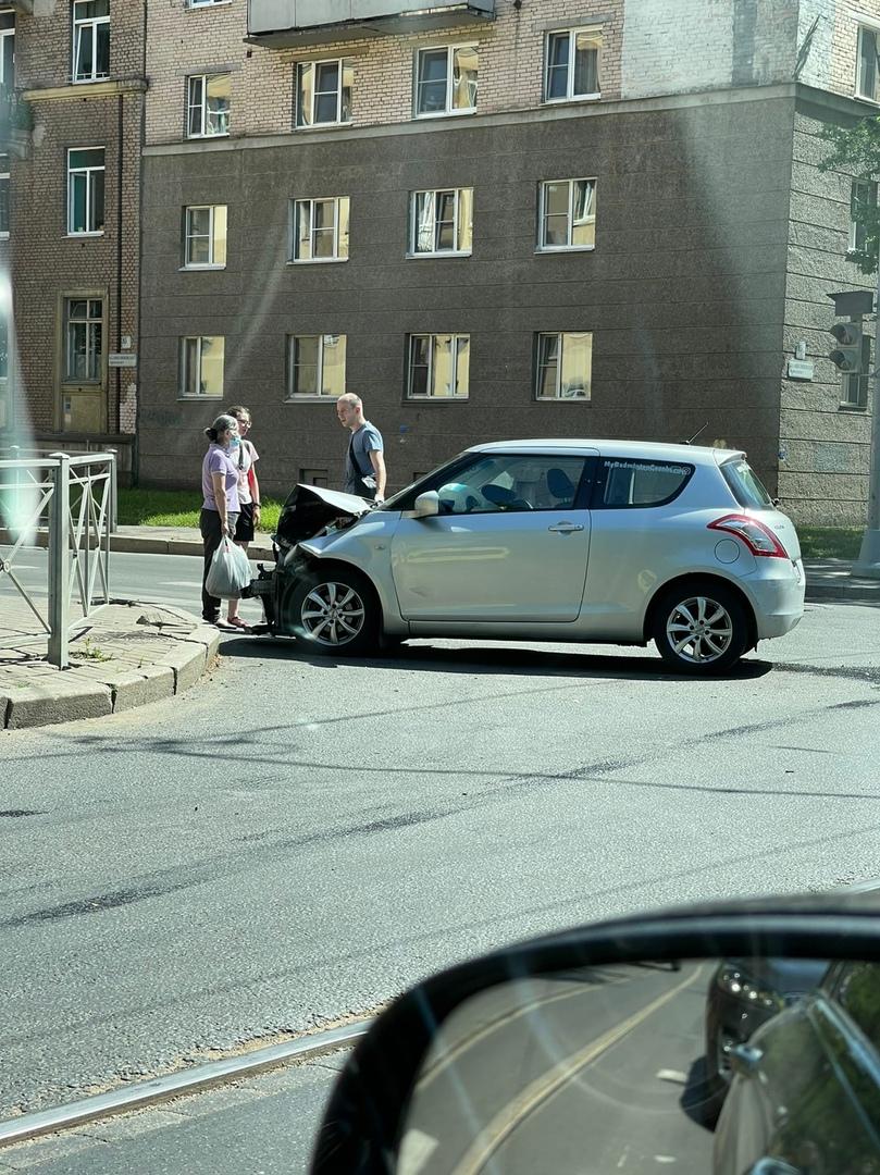 На перекрёстке Земледельческой и Большого Сампсониевского проспекта стоит Suzuki Свифт с разбитым пе...