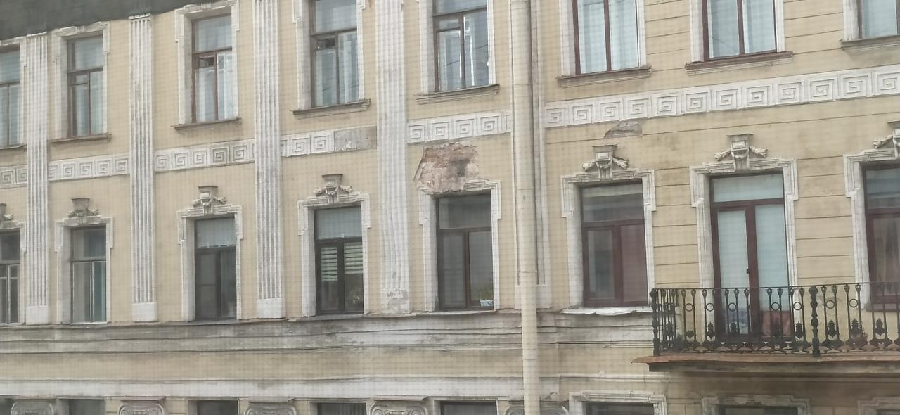 На Казанской зачем-то ободрали фасад здания Этому есть логичное объяснение?