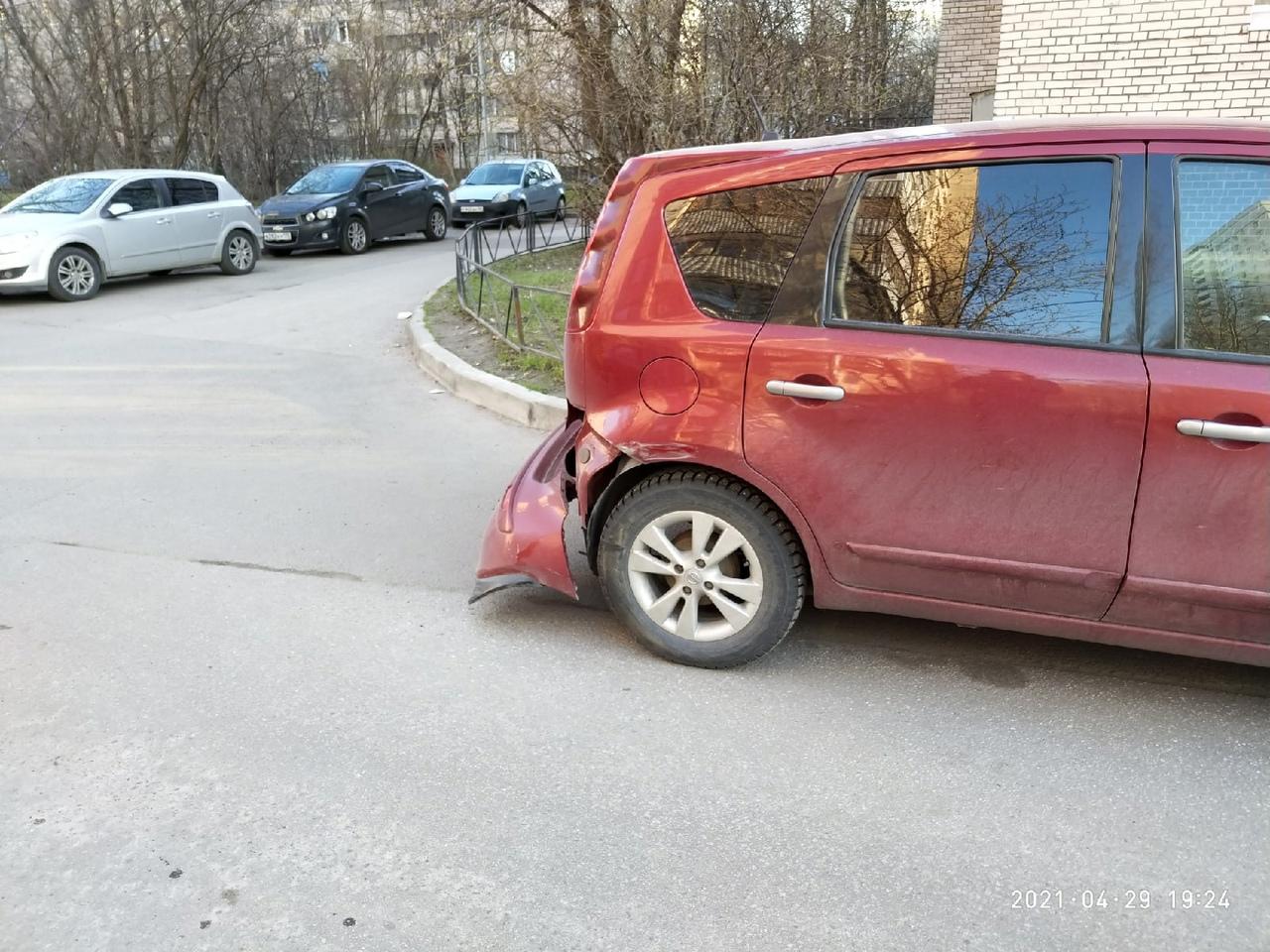 Требуется помощь очевидцев ДТП. На Вавиловых 7, корпус 1 на припаркованный Нисан кто-то наехал и ск...