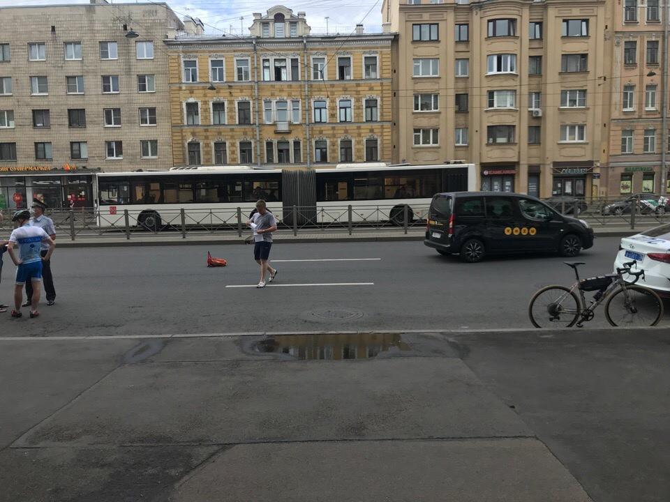 Сбили велосипедиста на Лиговском 154, у метро Обводный канал. Оформляются.