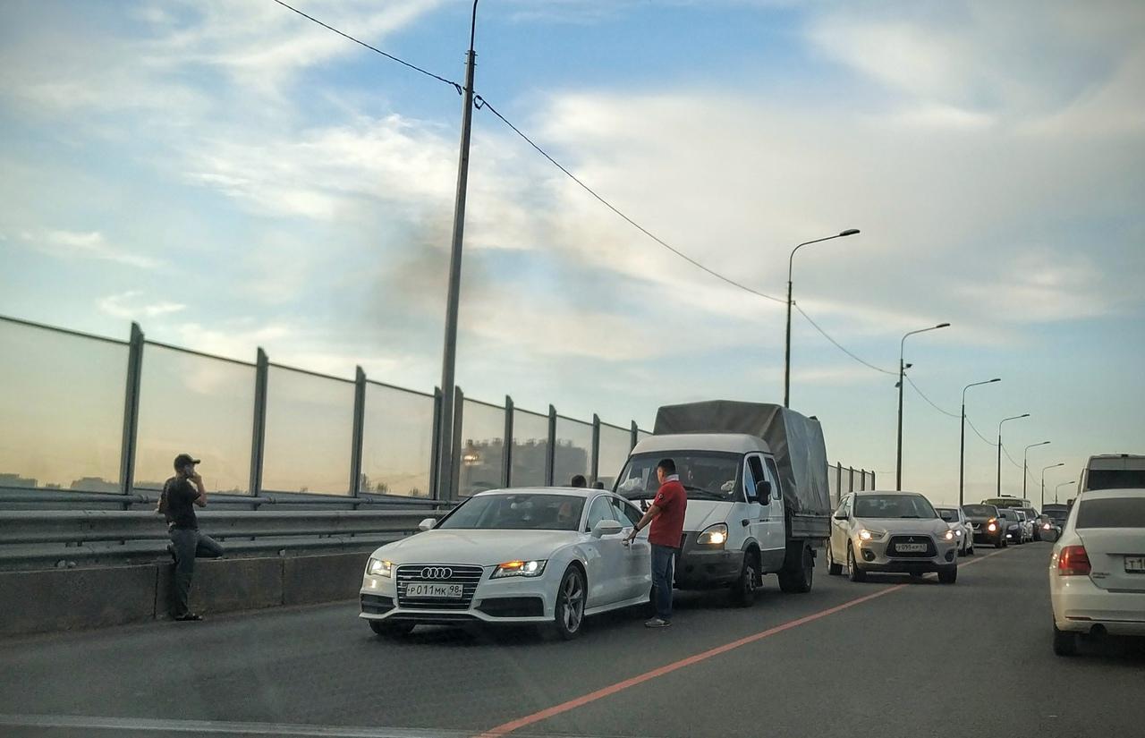 ГАЗель заставила страдать белую Audi и весь поток дачников, устремившихся из города через Лиговский ...