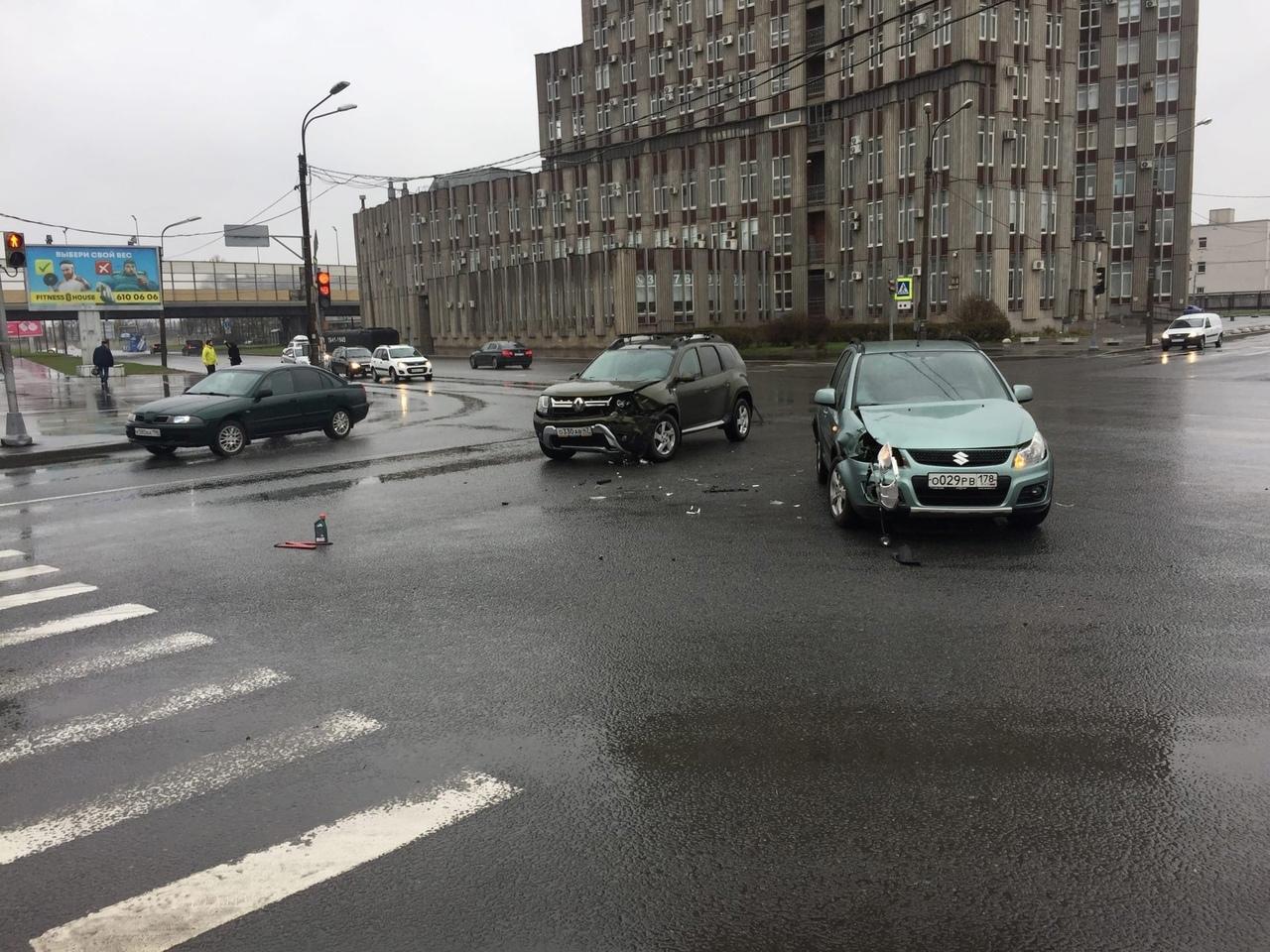 Renault и Suzuki столкнулись на перекрёстке Народного Ополчения и Трамвайного.