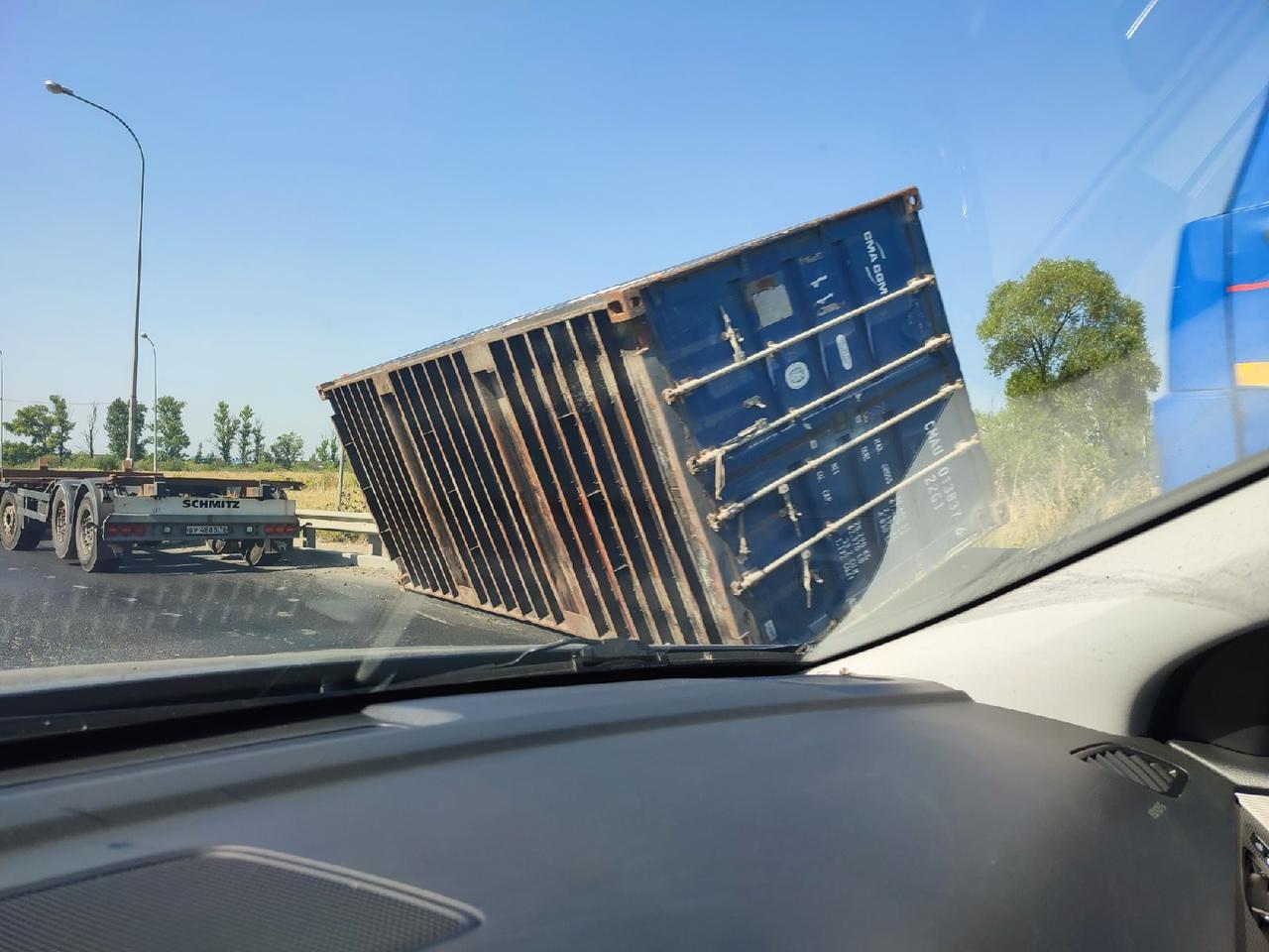 Завалили контейнер около Ленты на Московском шоссе 16