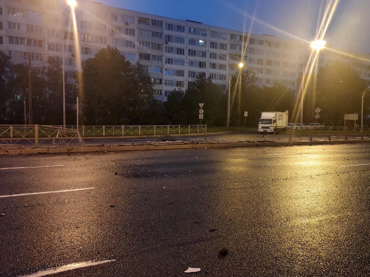 Напротив 31 дома по Софийской в районе 3:15 в разделительное ограждение влетел белый а/м (если н...