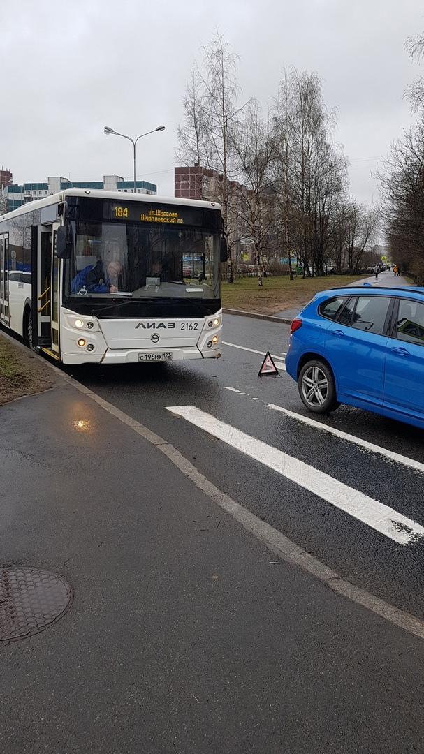 На перекрёстоке Шаврова и Королёва ДТП с автобусом. Объезд только по встречке.