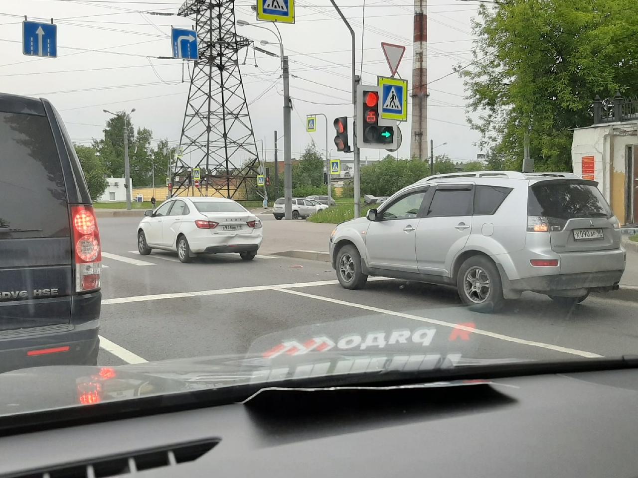 Митсубиси и Лада стоят на шоссе Революции, в правом ряду перед Индустриальным в сторону Энергетиков.