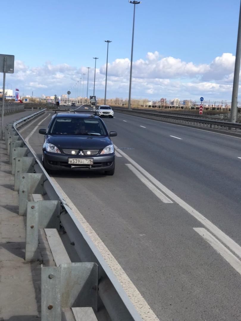 На Витебском 157 в сторону Пушкина стоит в неположенном месте на полосе разгона машина с камерой. П...