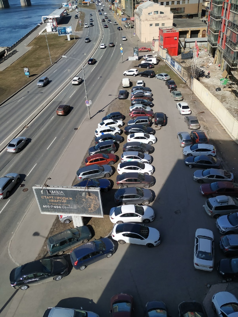 Массовая парковка на газоне на Выборгской набережной 49. Сколько денег пропадает.