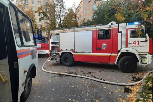 3 октября в 17:36 поступило сообщение о пожаре по адресу: проспект Ветеранов дом 20. В трехкомнатно...