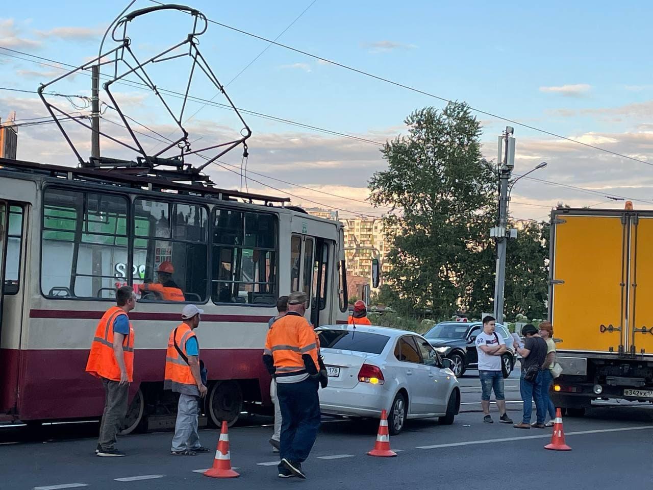 На Солидарности 25 к.1, volkswagen неудачно развернулся. Спасать трамвай прибыла аварийная бригада.