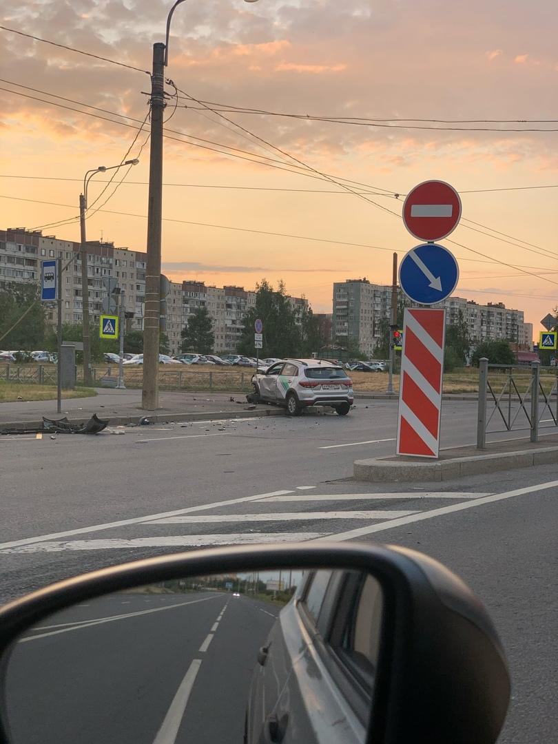 На перекрестке Коммуны и Ленской столкнулись два каршеринга. Скорая и пожарные приехали быстро. Двои...