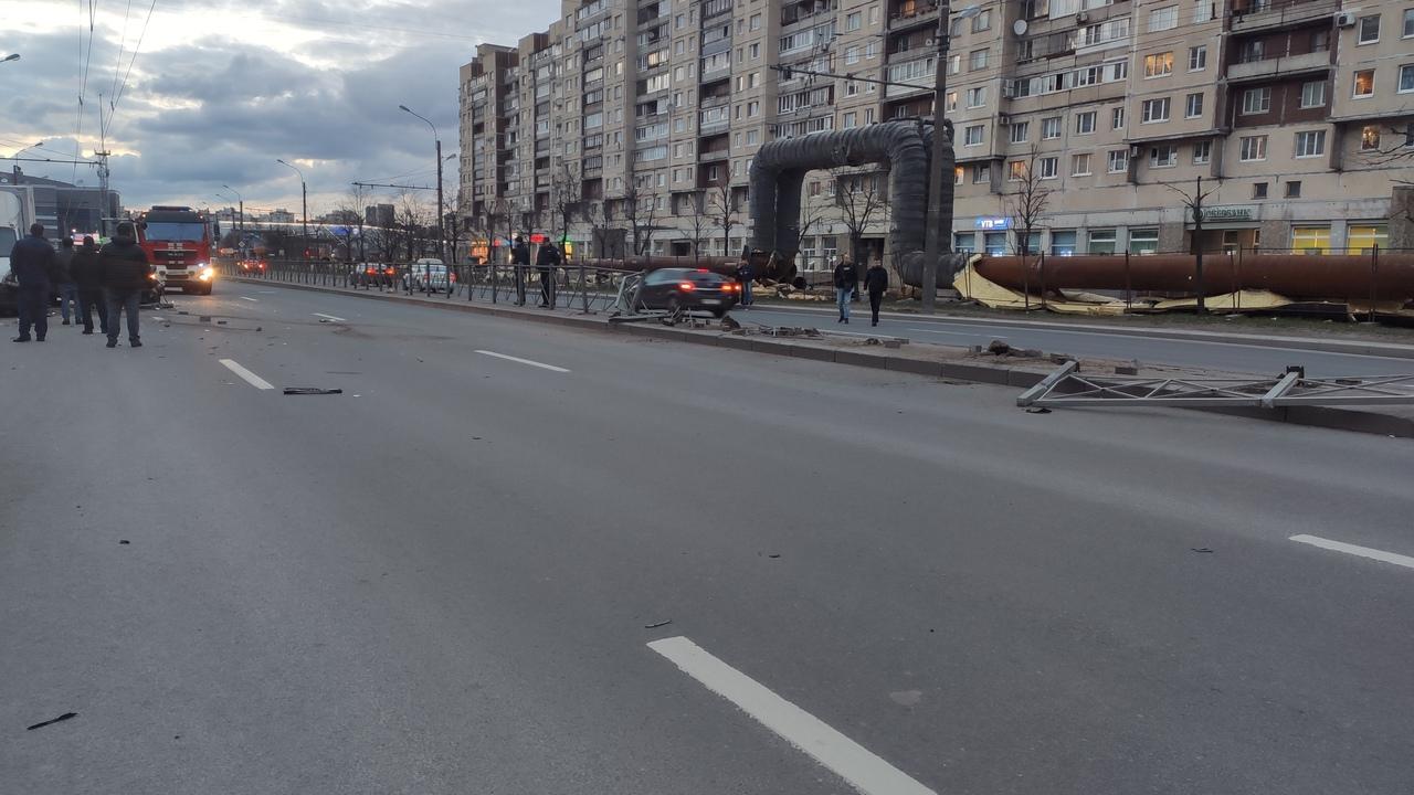 Дтп на Большевиков 3 Toyota вылетела на встречку, сбив ограждение