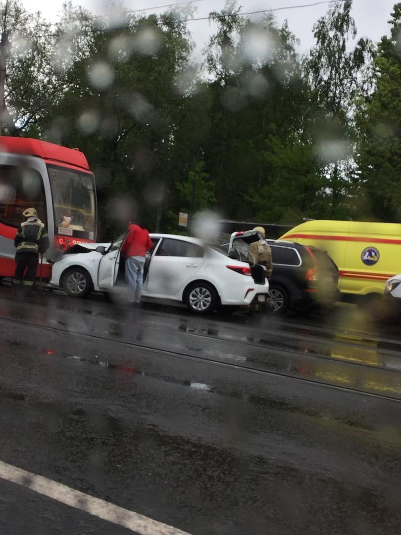 На проспекте Добролюбова, перед Большим проспектом П.С. автомобиль догнал трамвай