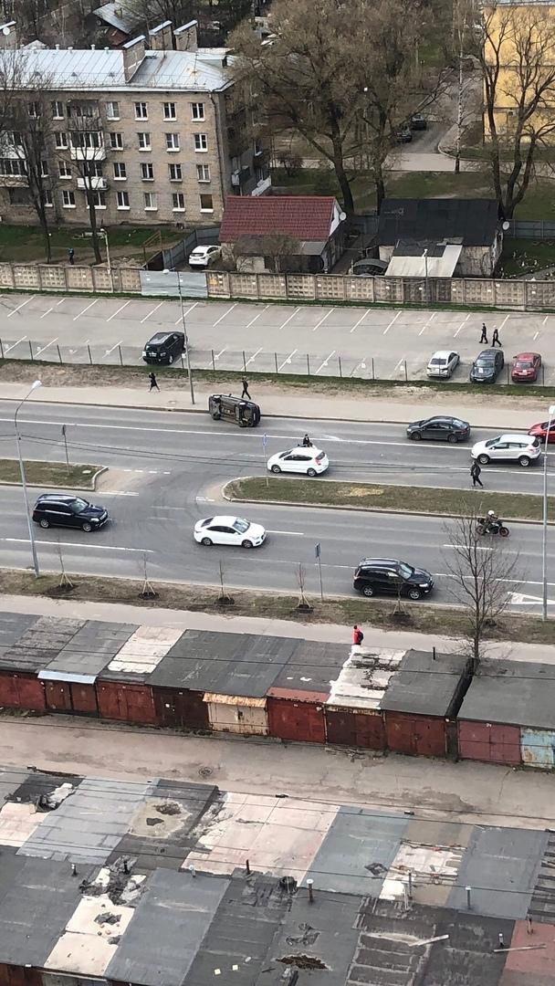 На Маршала Блюхера 12 машина уходила от столкновения и перевернулась.