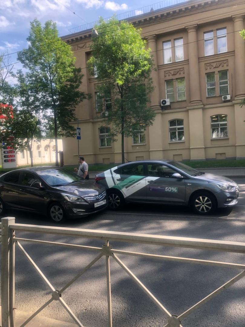 Два Соляриса перегородили дорогу трамваям на Большом Сампсониевском у Земледельческой улицы.