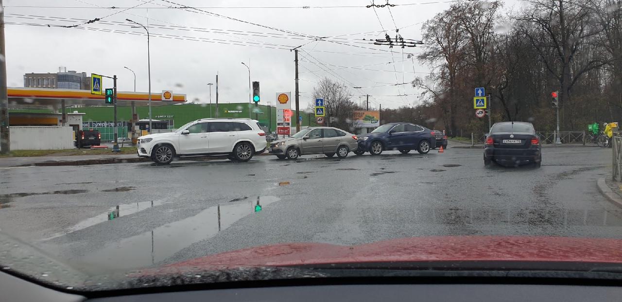 ДТП на Карбышева. Два немца зажали российский автопром. Стоят уже более двух часов, но Ладе нравится