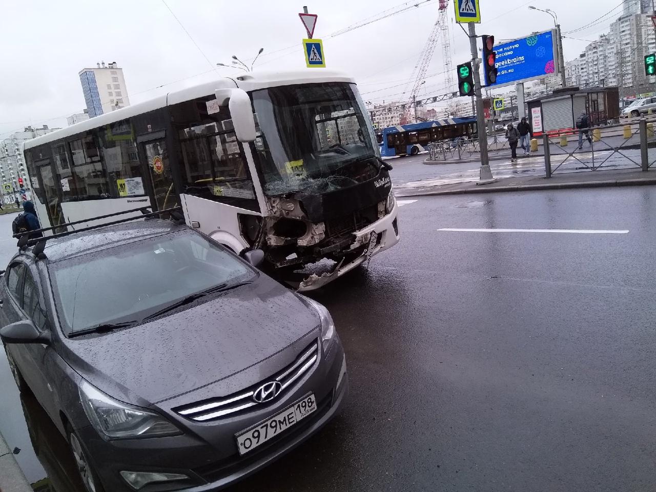 Авария с участием Шкоды и маршрутки на перекрестке Богатырского и Коломяжского.