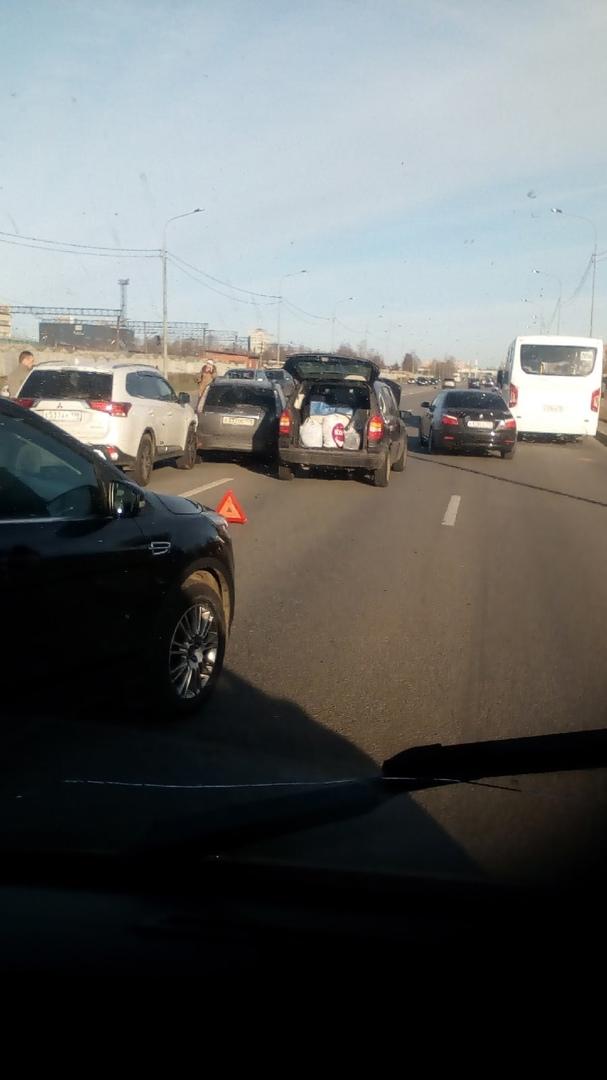 Вечерние паровозики в одной новости: 1) На выезде из Солнечного города на Петергофское шоссе встре...
