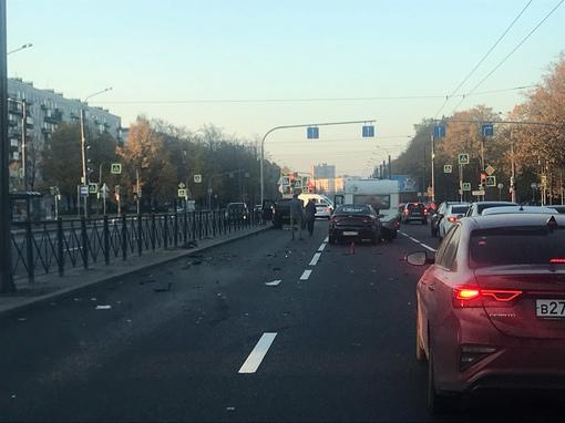 На Пискаревском проспекте Убер подбил автодом.
