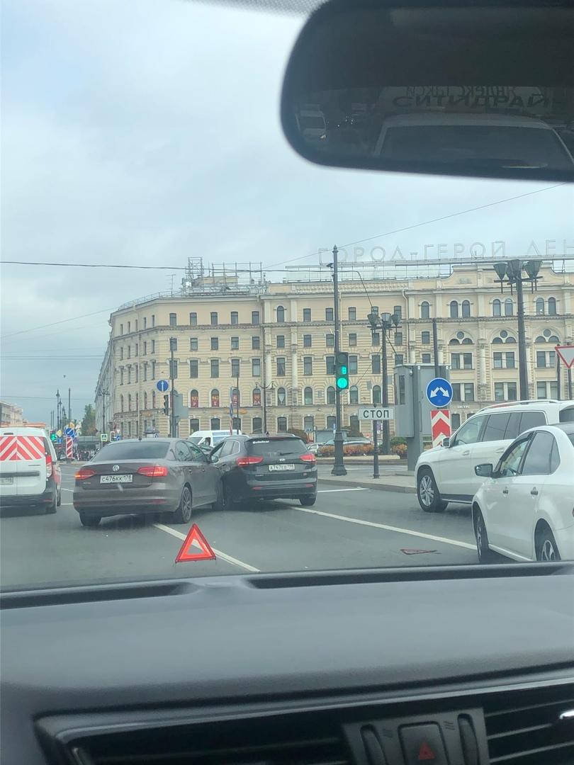 На площади Восстания Volkswagen протаранил бок Киа.